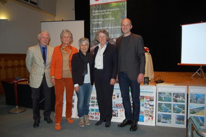 von links: Dr. Karl-Hans Schlossstein, Sabine Beckmann, Yoko Schlütermann, Dr. Elisabeth Schlossstein und Manuel Blendin (VHS)